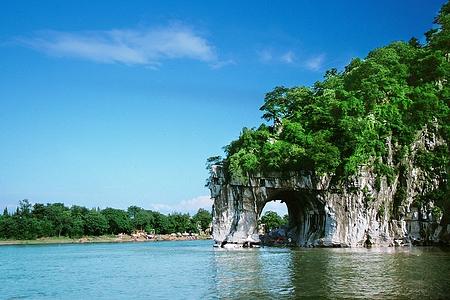 象鼻山属于喀斯特地貌自然风景区,因山形酷似一匹豪饮江水的巨象而得
