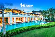海南莱佛士酒店翠雅居1晚+2人自助早+2人猴岛门票+三亚机场往返巴士接送;