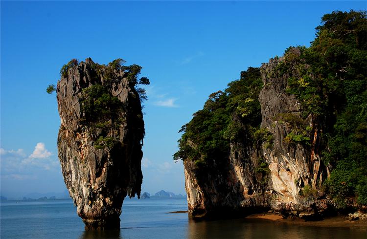 行程特色!全程白天0自费,让您轻松出游! 【非去不可的七大海岛】------快艇往返大PP岛、环游小PP岛、帝王岛、割喉岛、神仙半岛。------特别赠送最火红的岛屿……大堡礁, 泰国唯一珊瑚保护区……国家珊瑚公园 【非吃不可的泰国美食】餐餐美食,绝不使用常规团队餐,享受正真的奢华之旅!------王大福湖景泰式风味餐:边吃边欣赏着湖景,这绝对是不一样的享受。------爱柏莱泰式火锅:品尝独特的酸辣酱调料------暹罗缤纷国际自助餐:在一个优雅的