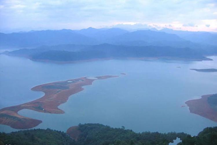 风景婉约秀丽的澄碧湖,位于革命老区百色城东北七里处,是广西