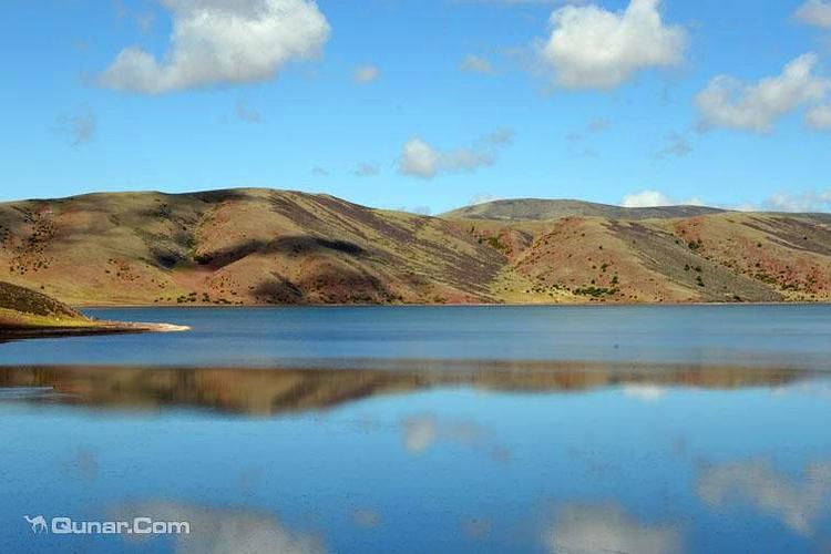 莽措湖自然風景區位于芒康中部莽嶺鄉境內,國道214線往北66公里