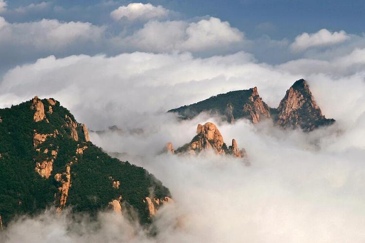 """祖山风景区距市区25公里,山清水秀,石奇林密,自然旅游资源丰富,素有"""""""