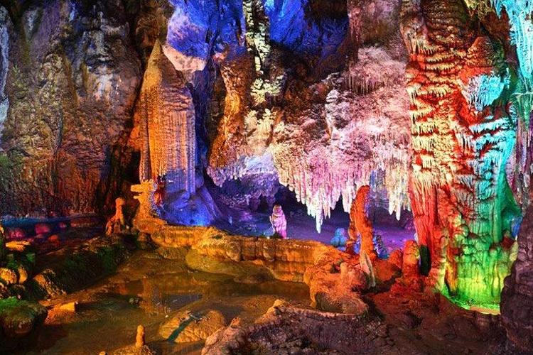 龙宫仙境景区位于广西大新县那岭,是国家特级景点,中国最美丽瀑布—