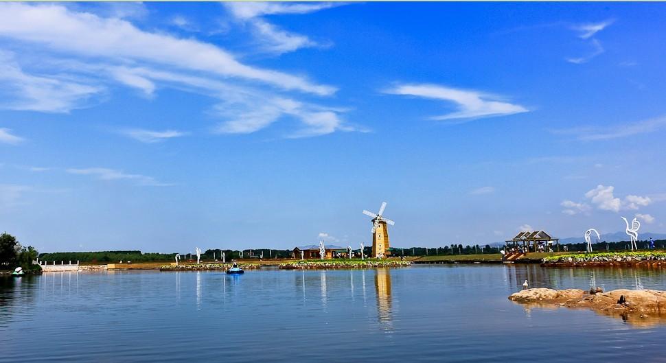 游览北戴河的象征—鸽子窝公园,鸽子窝公园又称鹰角公园,是秦皇岛市