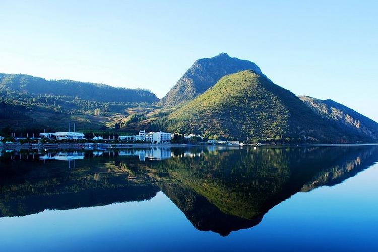 抚仙湖景区主要的旅游景点有禄充村,界鱼石,明星景区,孤山岛等.