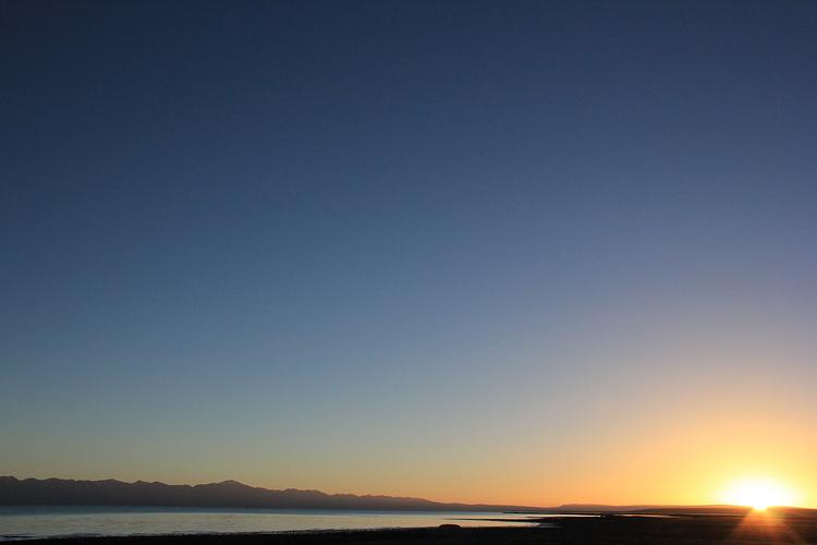 哈拉湖旅游