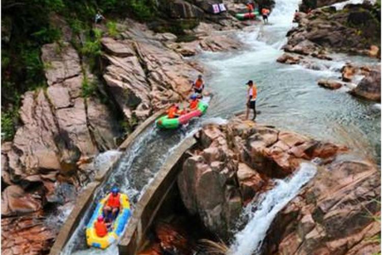 红石谷风景区,位于大别山北麓,六安金寨县境内.