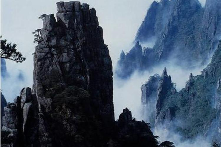 石柱峰位于浏阳东北部社港,龙伏等乡镇交界处,是连云山脉向西