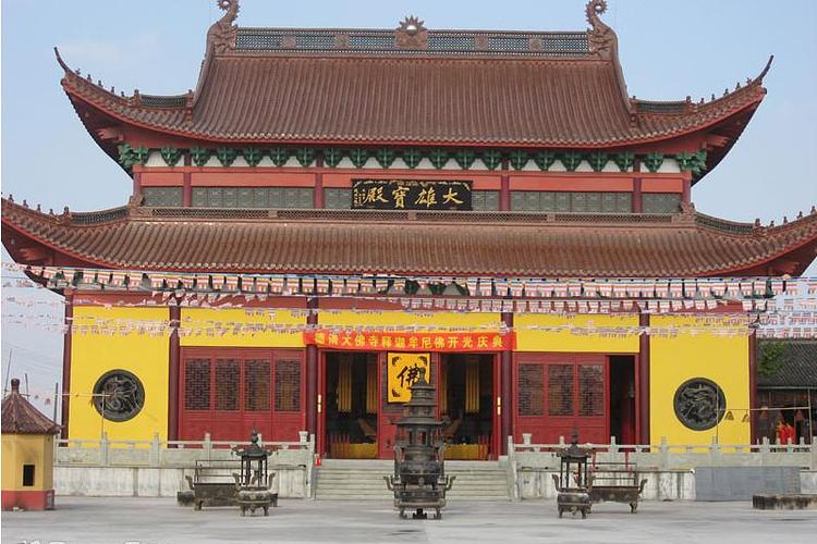 位于北京市海淀区,因寺内有大佛,俗称大佛寺.
