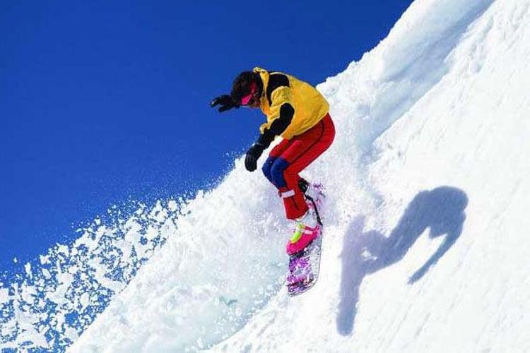 蓝天滑雪场旅游