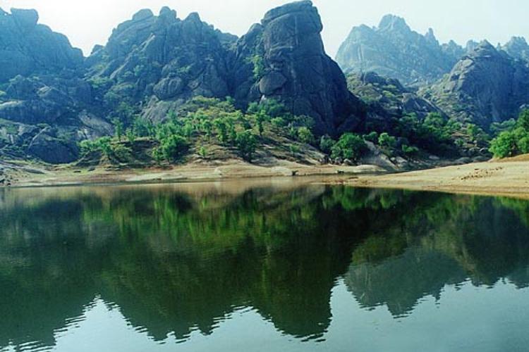 駐馬店薄山湖旅游  薄山湖風景區位于確山縣城南20公里處,距京廣鐵路