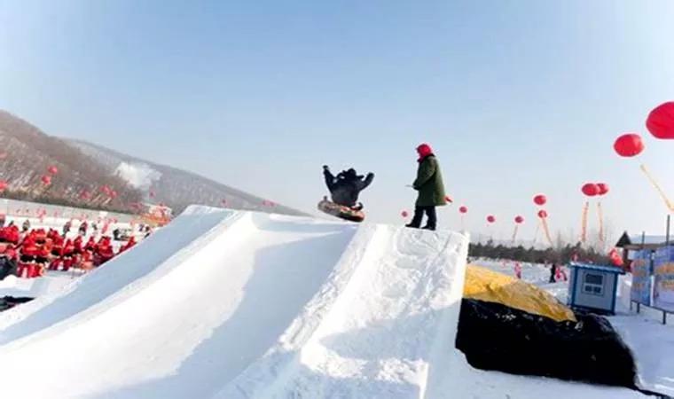 游玩景点青岛天泰滑雪欢乐大世界(天泰滑雪场)天泰滑雪场濒临泉海路和