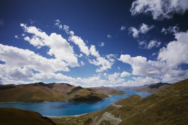 羊卓雍措是一个高原堰塞湖,海拔有4441米,湖岸线长250公里,是喜马拉雅