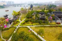 泰州凤城河、韩国钧故居、龙湖山庄2日巴士跟团游赠送一餐特色河豚河鲜宴,一餐海鲜大餐、赠送红酒一瓶
