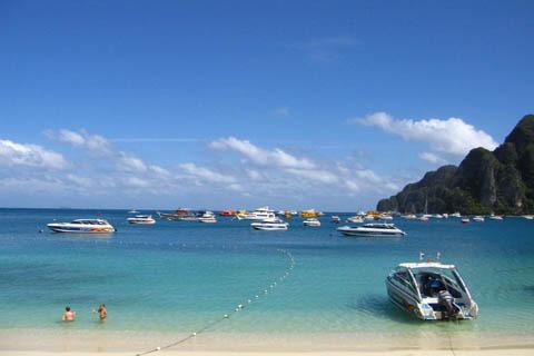 您也可休闲自由地在海滩游泳浮潜或在银白的沙滩上来个日光浴.
