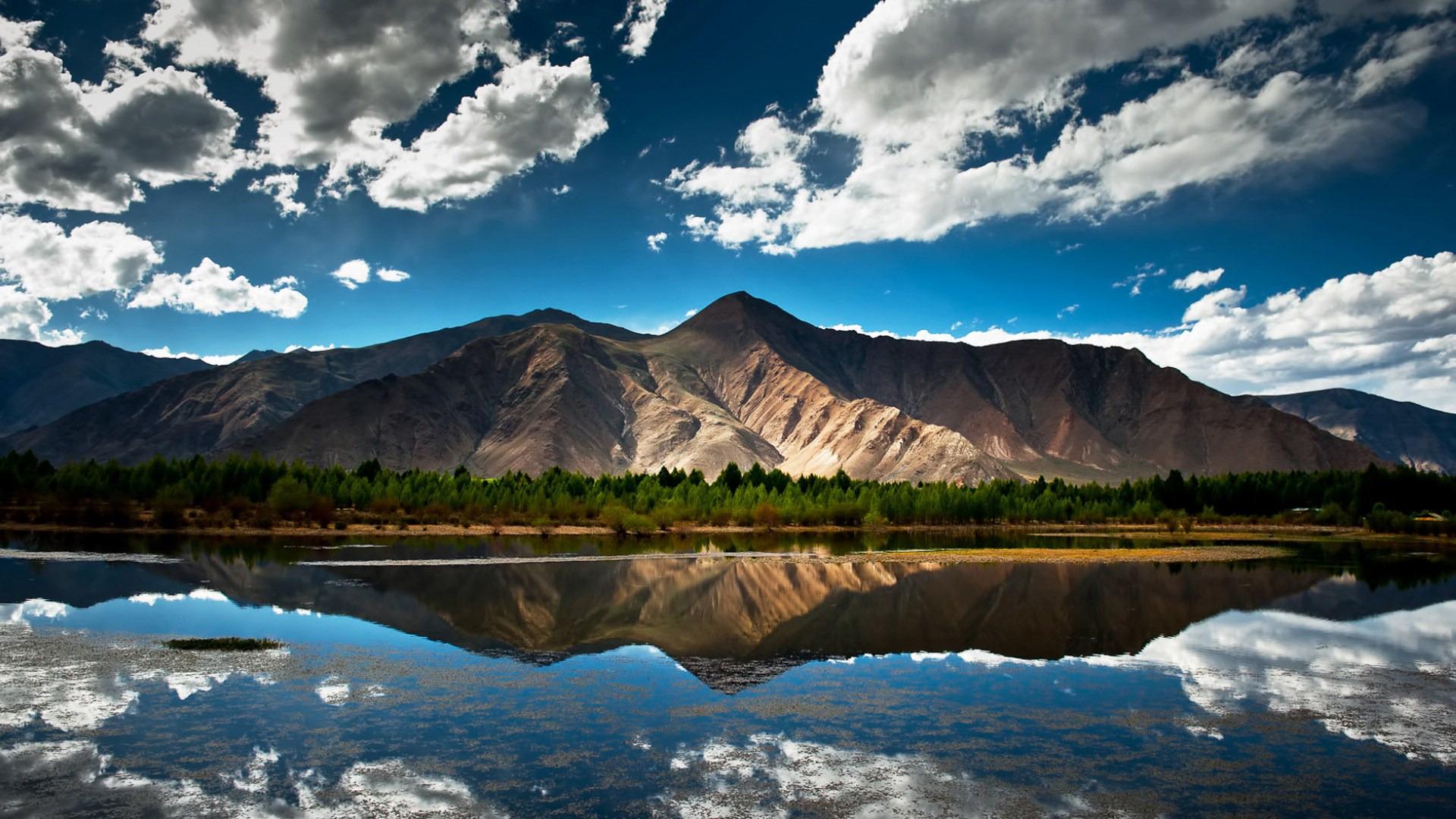 西藏是个神秘的地方,洁白的云朵,纯净的天空,稀薄的空气,连绵的雪山,安静的湖泊。