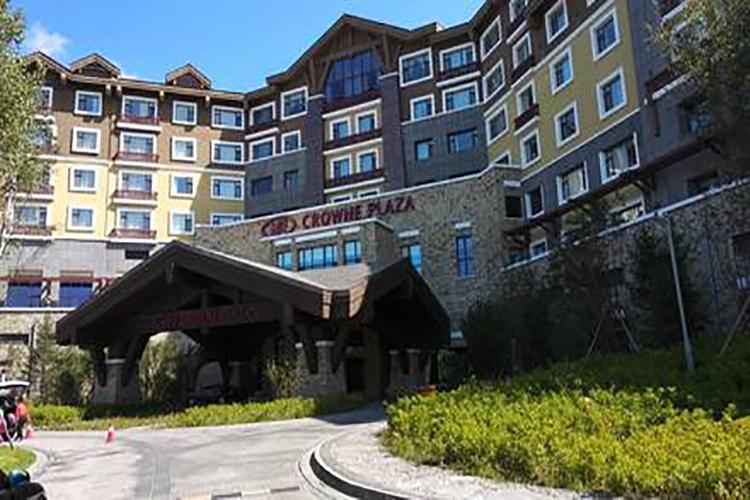 <长白山皇冠假日酒店温泉+滑雪3天2晚双人自由行>2小时滑雪+火山部落温泉