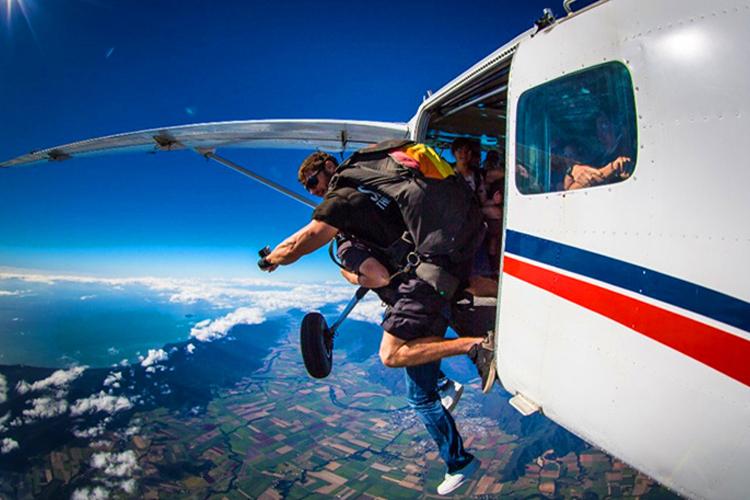 凯恩斯美神滩15000英尺海景高空跳伞体验+酒店接送+教练陪同+沙滩降落