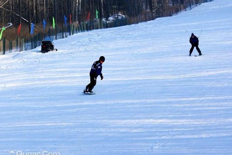 日月峡滑雪场旅游