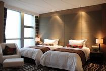 烟台滨海之旅住1晚烟台百纳瑞汀酒店商务海景大床房+早餐+自助午餐或晚餐